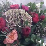Bouquet rond de roses et d'hortensia